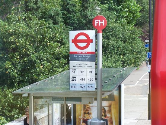Premier Inn London Putney Bridge Hotel: Bus stop across the road from the hotel