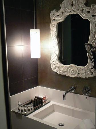 Beyond Hotel:  Badezimmer mit kleinem Whirlpool