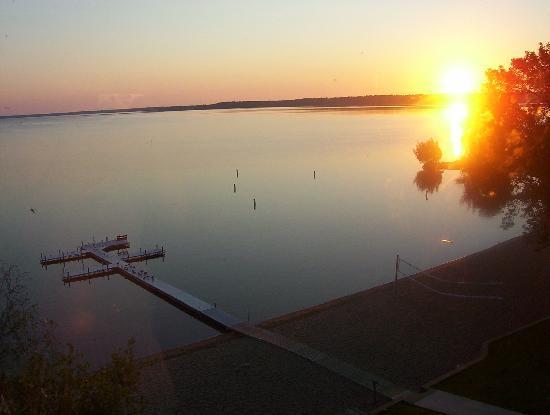 Hampton Inn & Suites Bemidji: View of the Sunrise from room