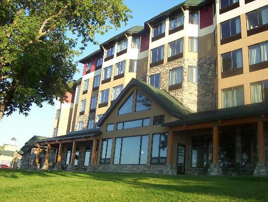 Hampton Inn & Suites Bemidji: View of the Hotel as it faces the lake