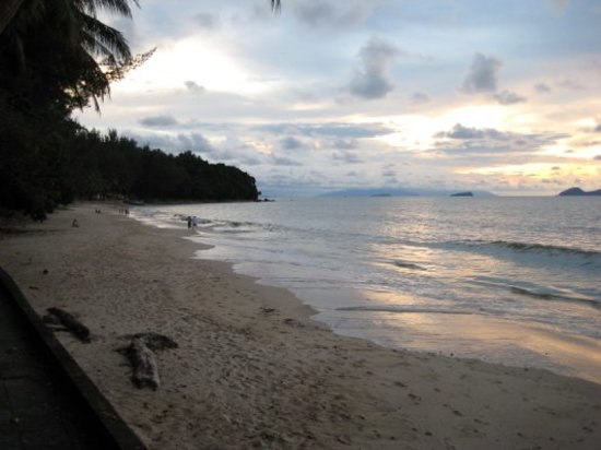 Damai Beach Resort: Beach at sunset