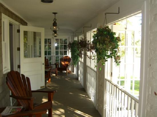 Mill House Inn: Front Porch