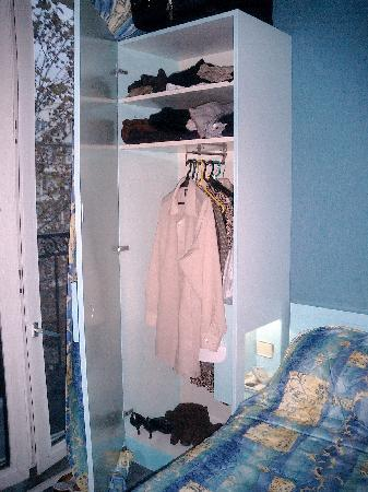 Hotel Sunny: Small but functional closet