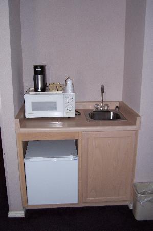 Capitol Reef Resort: Sink, Microwave and Fridge.