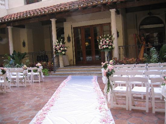 Delray Beach Marriott Wedding Ceremony Setup In The Courtyard