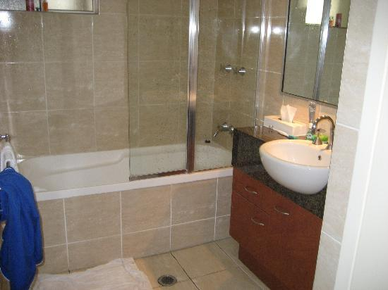Kangaroo Point Holiday Apartments: bathroom