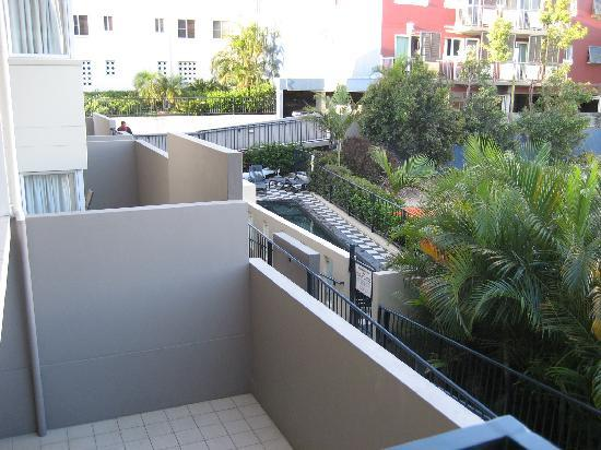 Kangaroo Point Holiday Apartments: balcony to pool view