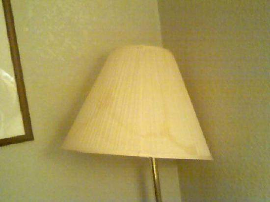 Quality Inn & Suites: stained and broken lampshade