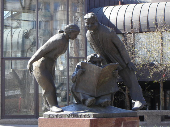 Tampere, Finlande : The statue in front of the public library