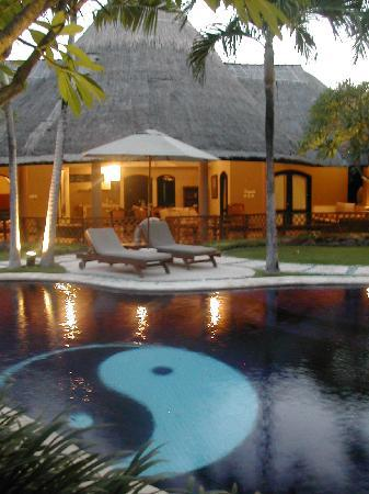Impiana Private Villas Seminyak : Private Pool and living area