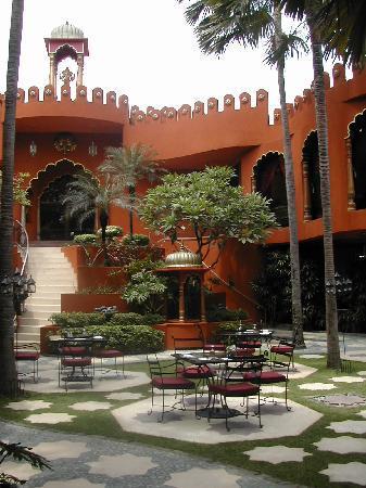 Impiana Private Villas Seminyak : Prana Spa and restaurant