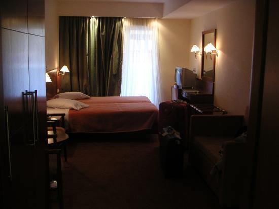Mirabello Hotel: Oscura foto de la habitación, lo sé.