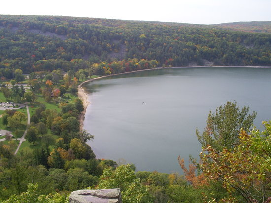 Baraboo, วิสคอนซิน: Devils Lake from atop east trail