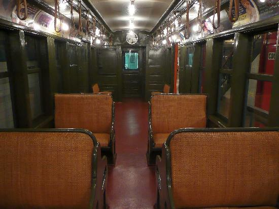 New York Transit Museum : An old subway train