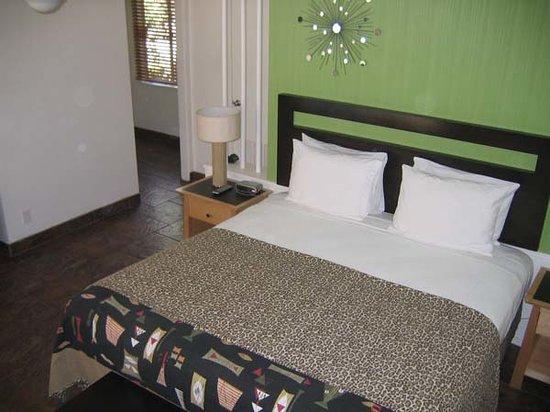 Desert Riviera Hotel: Comfy, comfy bed.
