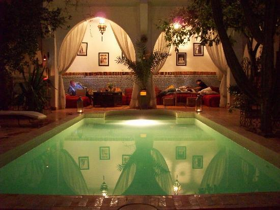 Ryad Les Cigognes : Night view on pool and courtyard.