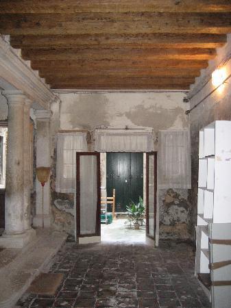 B&B Venezia Santo Stefano : androne palazzo in pessime condizioni :( :( :( :(