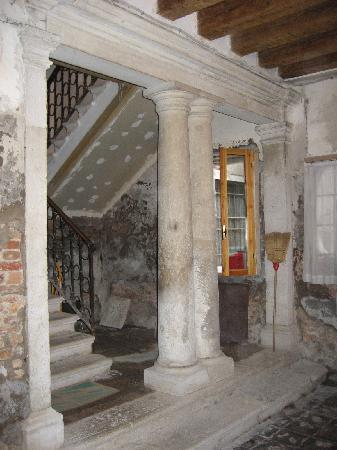B&B Venezia Santo Stefano : scalone di rappresentanza....molto bello...ma in degrado :| :| :| :|