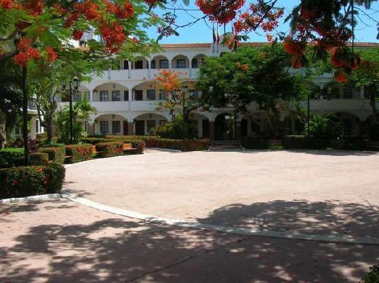 Nichupte Destination Holistic Spa: Colonial Architecture with beautiful flowers