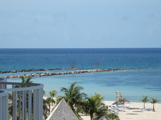 Freeport, Île de Grand Bahama : balcony view of the beach
