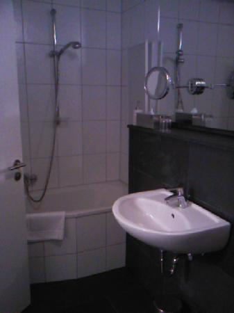 Hotel am Hirschgarten: The bathroom