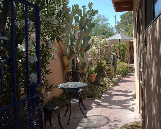 Adobe Rose Inn: Courtyard Entrance