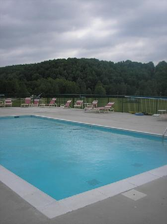 National Heritage Inn and Suites: Sparkling pool! It was beautiful!