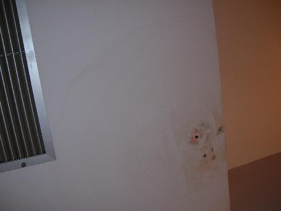 Hotel Rural Mirasierra: Hole and stains on the ceiling.