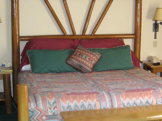 Best Western Plus Kentwood Lodge : Kingsized bed