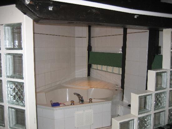 Hotel De Koopermoolen: Another view of the bathtub.
