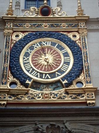 Rue du Gros Horloge : this IS the GROS HORLOG(the clock)