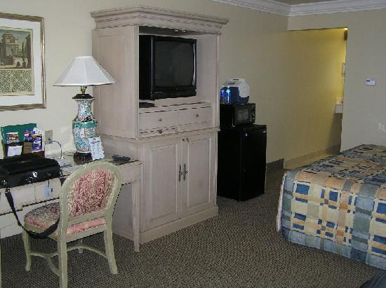 Quality Inn & Suites Vacaville: Desk, TV, fridge and micro