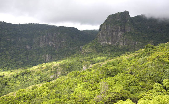 Lautoka, Fiyi: Volcanic cliffs and waterfall