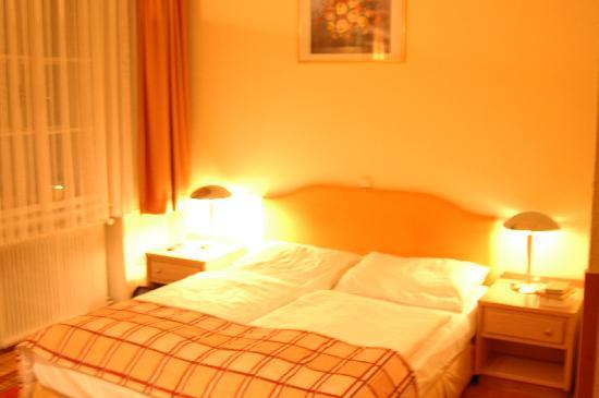 Hotel-Pension Continental: The bed