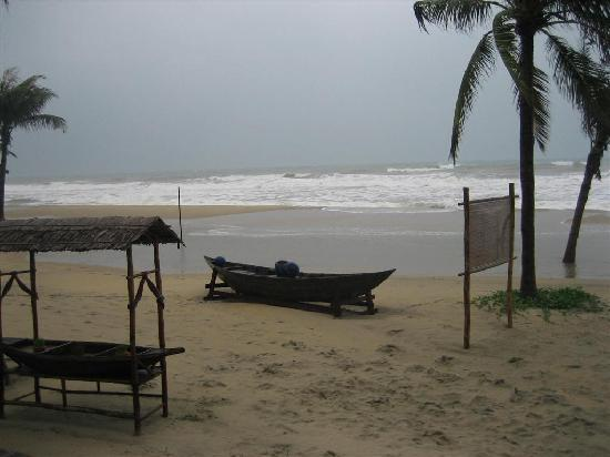 Victoria Hoi An Beach Resort & Spa: China Beach- Angry waters from the typhoon