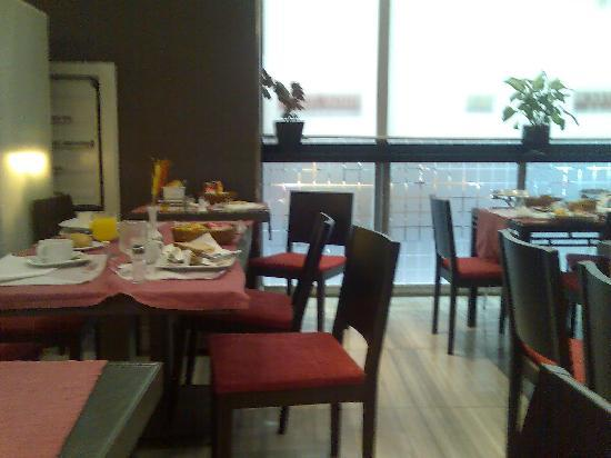 Hotel Avenida Gran Via : dirty dishes stacked on tables at breakfast time