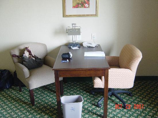 Hampton Inn by Hilton London : desk