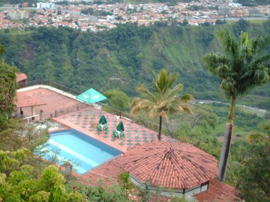 Agroturismo Cabanas Montes Los Tatuyes : Vista de la piscina desde la cabaña