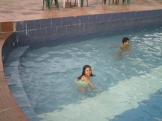 Agroturismo Cabanas Montes Los Tatuyes : Karlys y Luis en la piscina