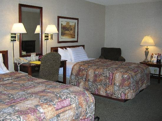 Drury Inn & Suites St. Louis St. Peters: 2 Queen size bed with desk