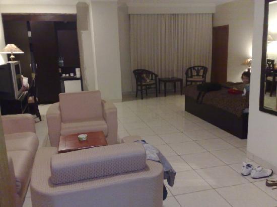 Tegal Plaza Hotel : living room-entrance (suite room no.302)