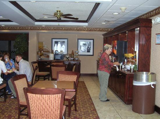 Hampton Inn Olive Branch: Breakfast area