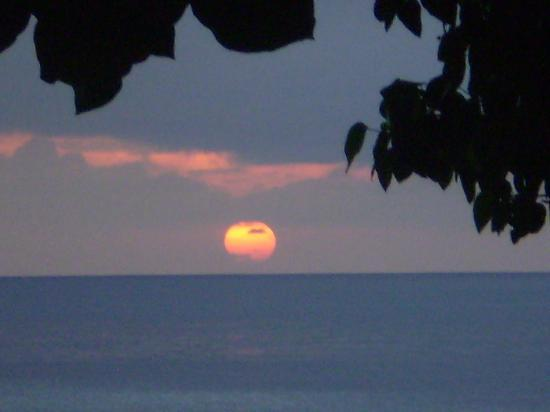Kadavu Island (เกาะคันดาบู), ฟิจิ: glimpse of the sunset from the dive kdavu beach bar