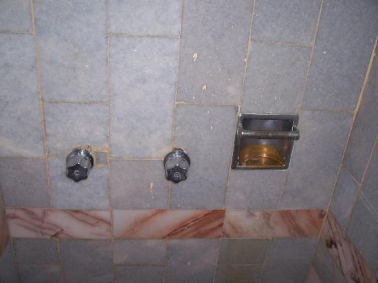 Parador Del Sol Acapulco : rusted knobs.  did not know which was the hot or cold water.  did not matter.  no hot water.