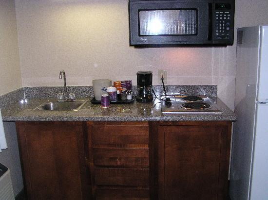 Quality Inn & Suites Oceanside Near Camp Pendleton: Kitchenette