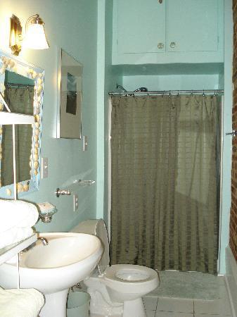Locust Alley: Beautiful and clean bath.