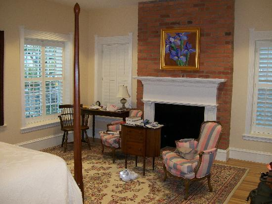 Embassy Circle Guest House: Antique furniture & Persian rug, Room 124