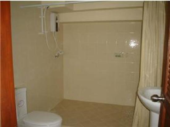 Oasis Guesthouse & Bar: Shower/wet room