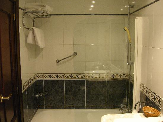 Castellano II Hotel: El agua salia muy calentita