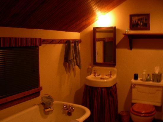 The Inn at Antietam: Smokehouse Suite-the bathroom...no shower, but just fine for me!
